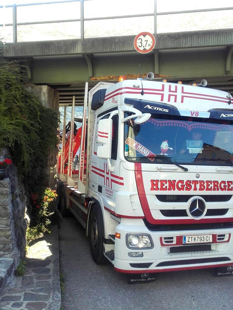 Hengstberger LKW unter Brücke