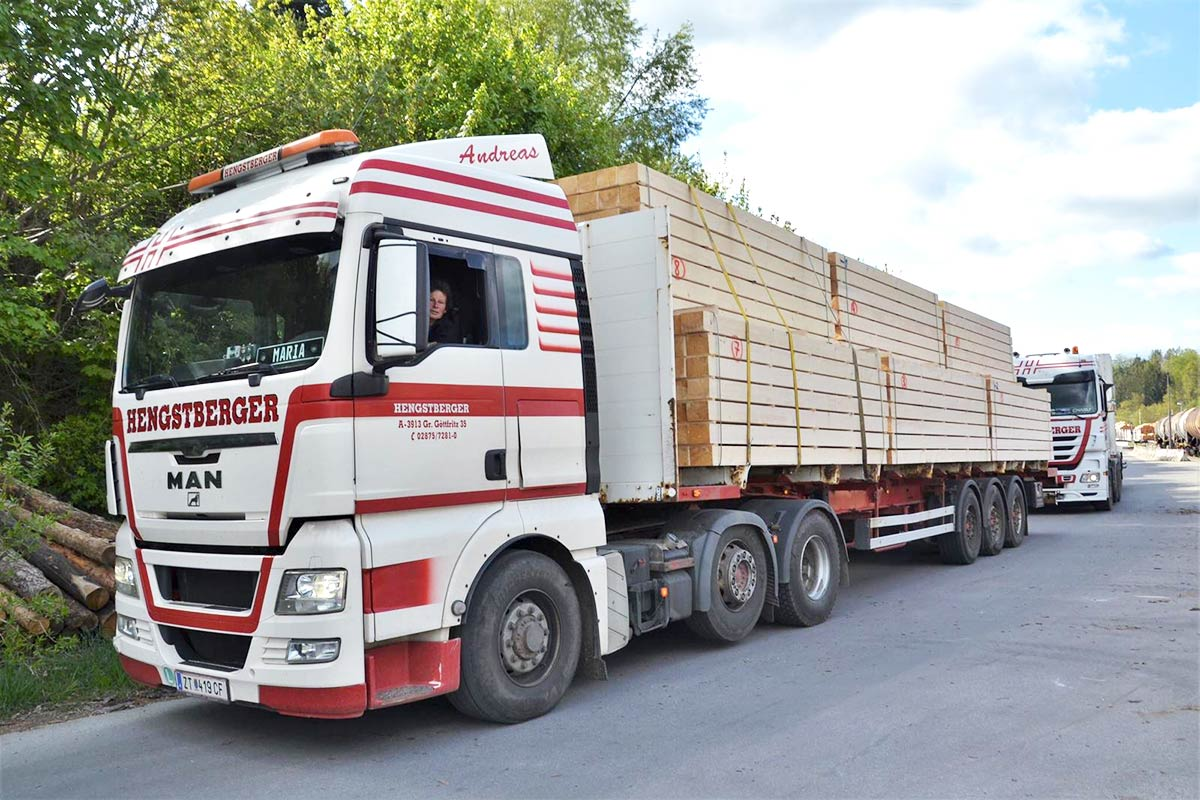 Hengstberger LKW mit Schnittholz offen