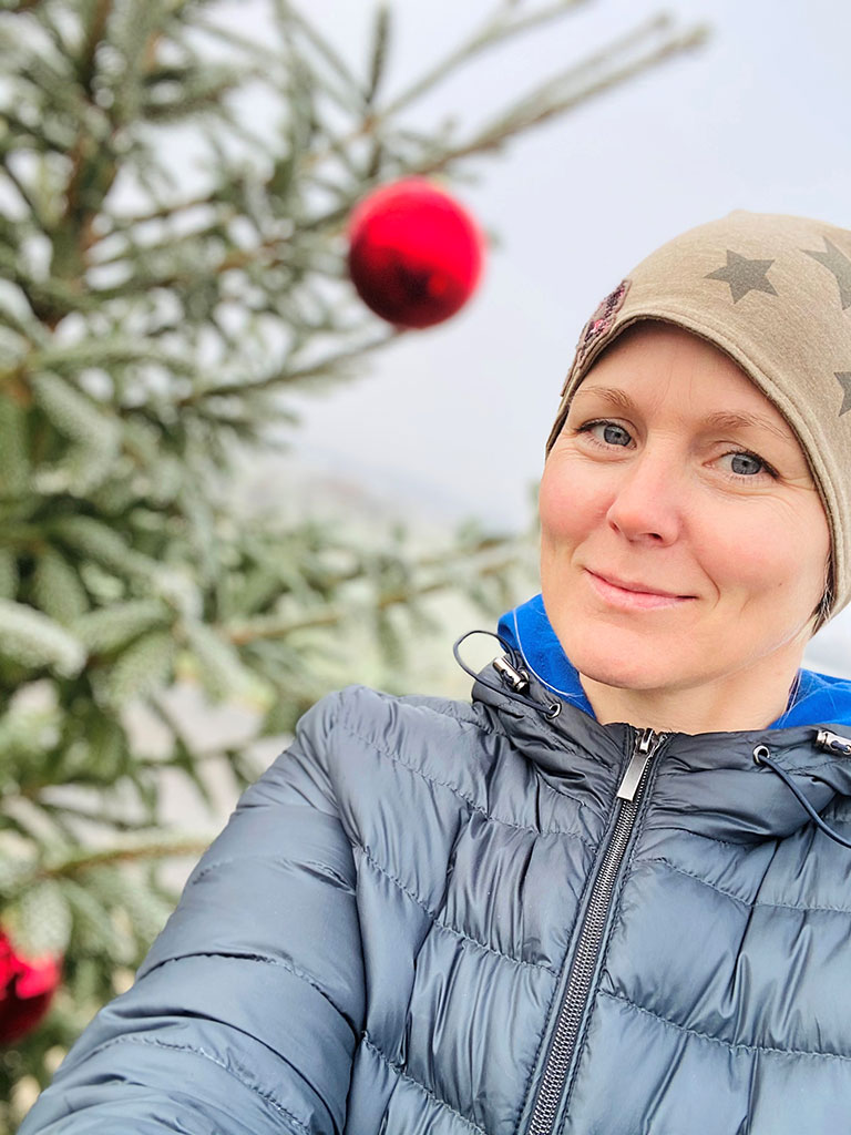 Tamara Geisberger beim Christbaum-Schmücken